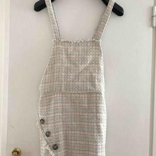 Svårt plagg att visa på bild men en jättesöt klänning att ha över tröjor. Köpt på zara och använd 2 ggr max. Den är i storlek L men jag som är en storlek small passar den perfekt.