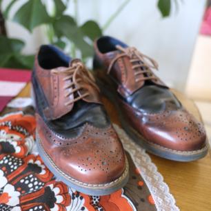 Jättefina, knappt använda, skor i äkta skinn. Som nya förutom det som syns på tredje bilden. Fynd!