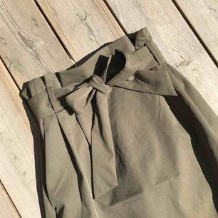 Navy grön kjol som knyts i midjan  Mycket snygg passform 🔥🔥 Frakt tillkommer!