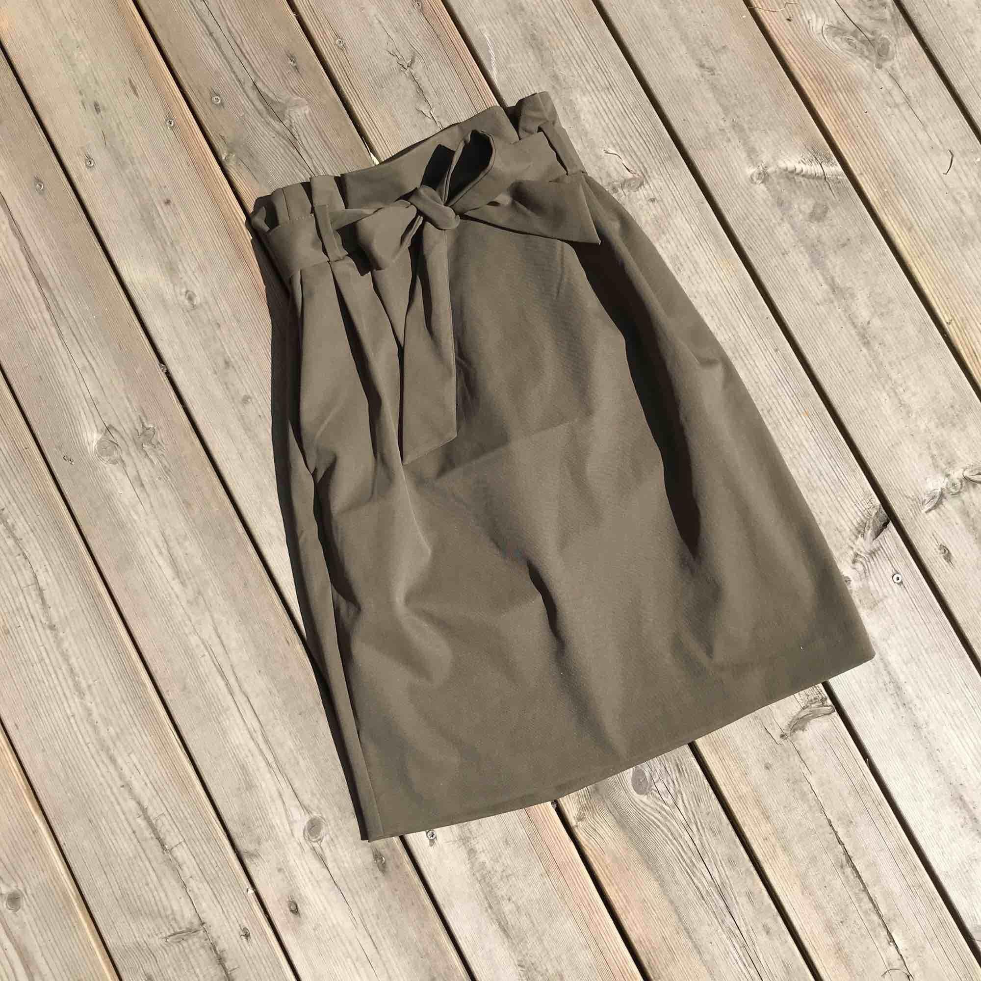 Navy grön kjol som knyts i midjan  Mycket snygg passform 🔥🔥 Frakt tillkommer! . Kjolar.