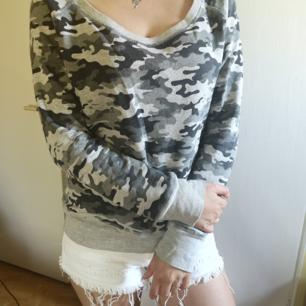 Sweater Militärmönster! Passar en medium (36-38) i storlek.  Vita shorts för 40kr. Finns enskild annons på min sida.