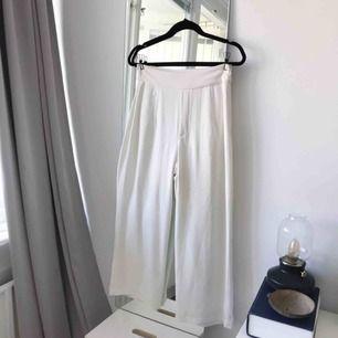 Vita culottes i storlek M från Bikbok. Riktigt snygga nu till sommaren! Frakt ingår!