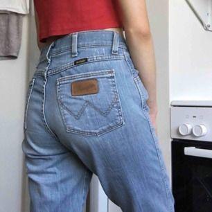 Jättefina utsvängda jeans från Wrangler. Säljer endast då de är för stora för mig.