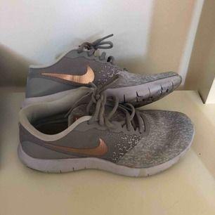 Fin sko som är väldigt lite använd. Lite smutsiga men går att tvätta bort. Nike flex contact. Finns i malmö, köparen står för frakten