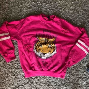 Jätte fin tröja från Gina tricot med lite slitningar på;) Använd fåtal gånger så är i väldigt bra skick! Pris kan diskuteras, frakt tillkommer💗💗
