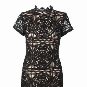 Klänning från BOOHOO  Aldrig använd. Sälj pågrund av fel storlek  Klänningen är i Storlek 40 men någon med storlek 36-38 skulle passa i den  Köpt för 460
