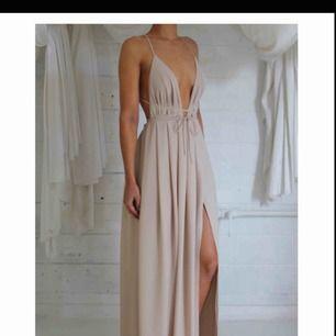 Säljer denna klänningen, aldrig använd! Passar storlek S & M eftersom man knyter den själv! Frakt tillkommer