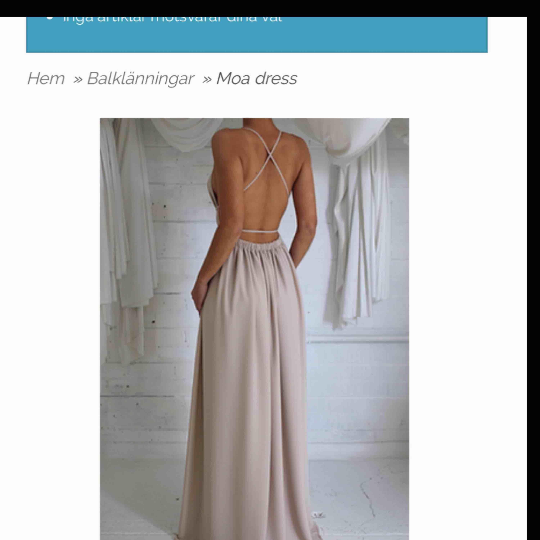 Säljer denna klänningen, aldrig använd! Passar storlek S & M eftersom man knyter den själv! Frakt tillkommer . Klänningar.