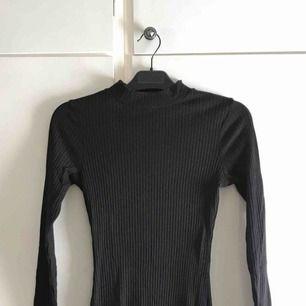 Figurnära klänning som formar kroppen sååå fint!! Trivs tyvärr inte i den:( använd 3 ggr typ. (Priset är inklusive frakt)