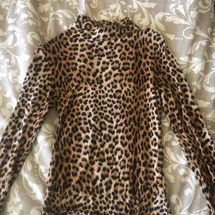 Säljer min leopard polo tröja:) jätte skönt material, använd 1 gång :)