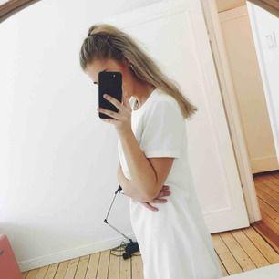 Säljer min studentklänning köpt från Lulus.com 2017. Använd 1 gång och i fint skick! Jag är vanligtvis S/M men har denna i M och den passar perfekt. Guldig dragkedja på ryggen. Inte alls genomskinlig och i skönt material!