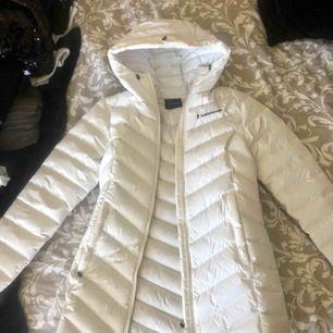 Säljer min peak performance jacka, använd 2 gånger!  Nypris 2200kr. Den är vit & är lång i modellen!