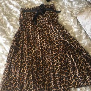 Säljer en skitsnygg leopard plisserad kjol från zara. Storlek S