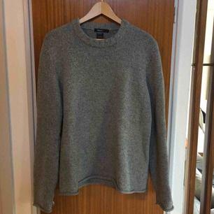 Grå stickad tröja från Filippa K i herrmodell. Mycket bra kvalité, 65% bomull och 35% ull, fint skick. I storlek S men stor i storleken, snarare M/L. Möts upp i Stockholm