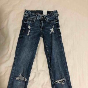 Ett par fina jeans med hål! Frakt tillkommer! ☺️