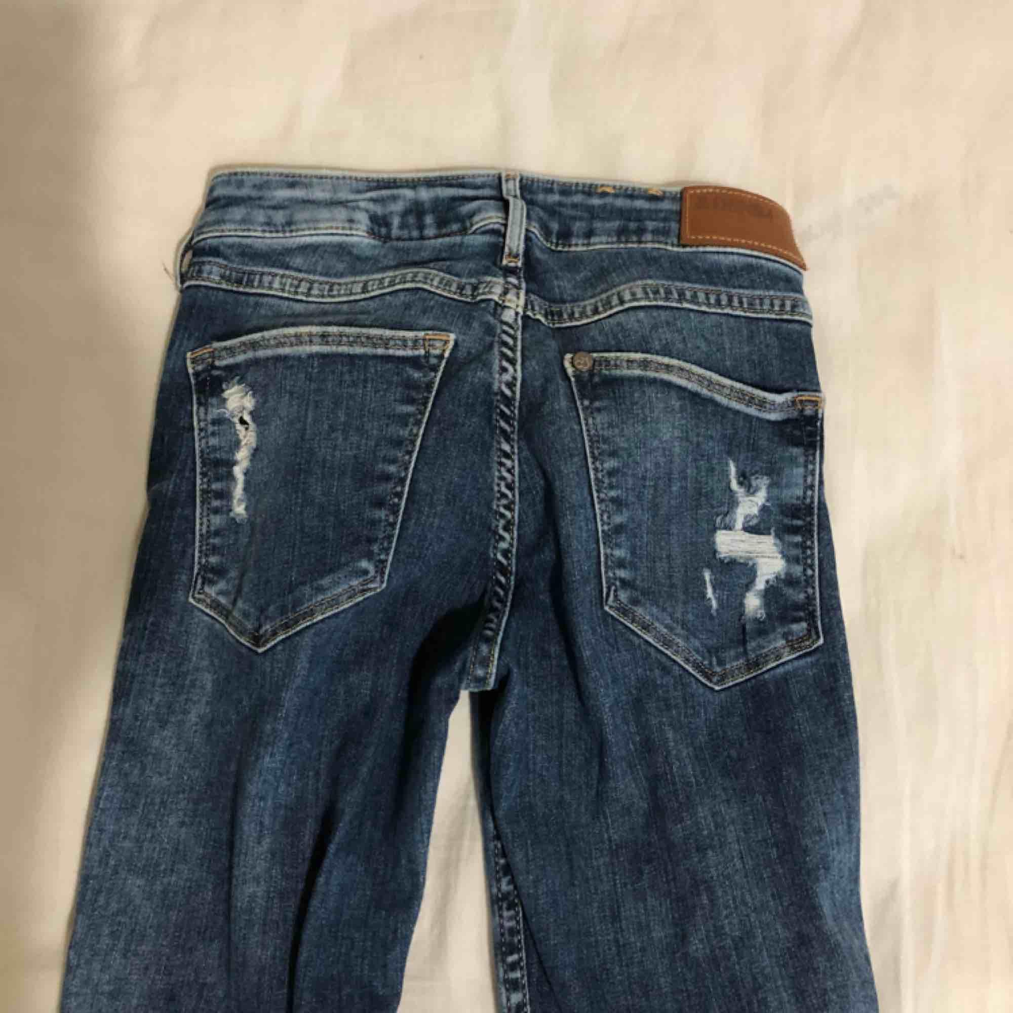 Ett par fina jeans med hål! Frakt tillkommer! ☺️. Jeans & Byxor.