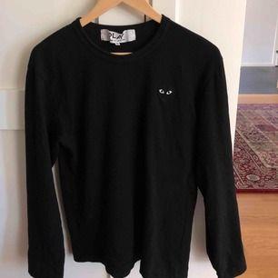 Svart, långärmad CDG tröja, använd ett fåtal gånger.