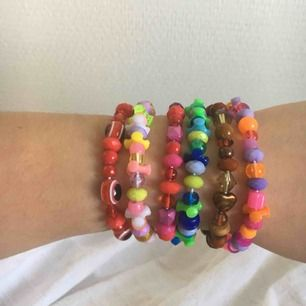 Armband i olika färger, 30kr styck🌸 Har ej swish så kan bara ta emot kontanter, möts upp inom stockholm eller hämtas i Vällingby🌸