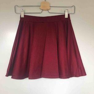 Kort vinröd/mörkröd kjol. Frakt tillkommer