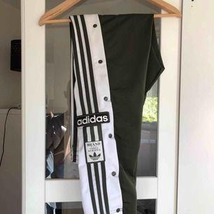 Mörkgröna Adidas track pants med knappar på sidorna, som nya.