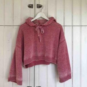 Superskön cropad hoodie med vida ärmar från bikbok. Storlek M, men passar även S.