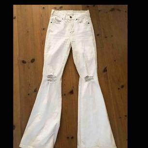 Vita Dr Denim jeans Bootcut Bra skick - använda 2 ggr Andra frågor? Vänligen kontakta mig!