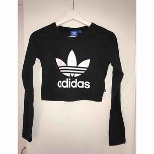 Adidas crop top i XS. Bra skick