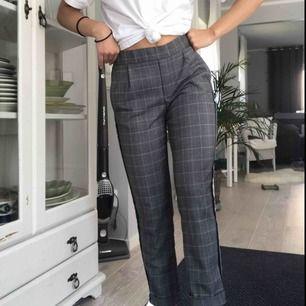 Snygga rutiga kostymbyxor med ett vitt, tunt ljusblått och svart sträck på sidan av benen. Från zara och är använd fåtal gånger och därför i ett bra skick