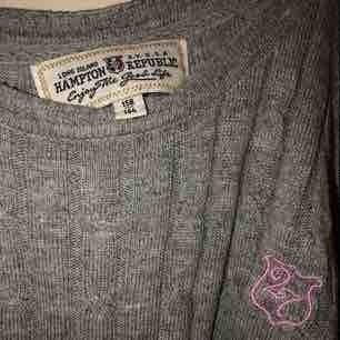 Fin, mysig grå kavelstickad tröja perfekt till sommarkvällar