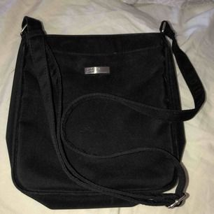 Svart väska - 1 stort fack + 4 mindre