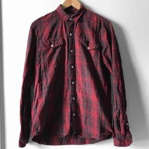 Rödsvart rutig skjorta