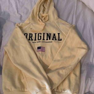Gul hoodie från gina