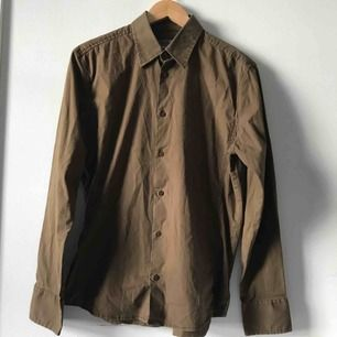 Brun skjorta