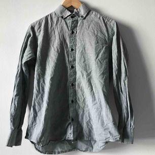 Svartvit-randig skjorta, skräddarsydd i Thailand, därför inget märke