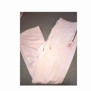 Ljusrosa juicy couture velour mjukisdress. Köpt för ca 3000 i USA, tags kvar. Säljer hela dressen för 1000 eller enbart byxor/hoodie för 700kr styck. Fraktar spårbart💗