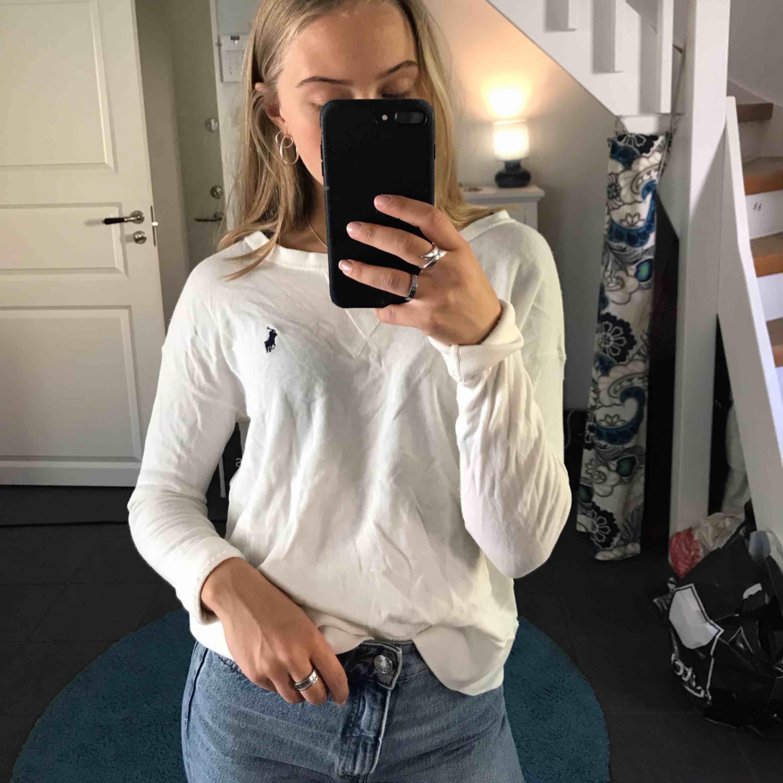 Snygg vit sweatshirt från Ralph Lauren. Bra skick! . Huvtröjor & Träningströjor.