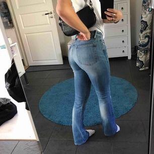 Snygga ljusa bootcut jeans från crocker. Bra skick förutom lite slitningar längst ner, kan skicka bild vid intresse.