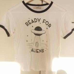 T-shirt från Pull & Bear, mjukt material, oanvänd med prislapp kvar. 100% bomull  Frakt på 30 kr tillkommer om den ska skickas någonstans, kan annars mötas i Stockholm city