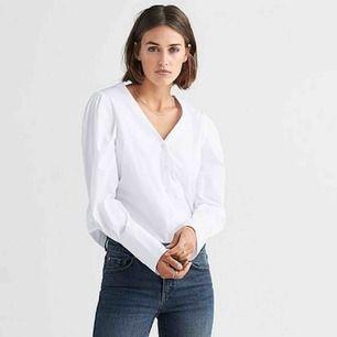 """Supersnygg blus/skjorta från Ellos - """"blus fia"""". Känns tråkigt att sälja den men det är helt enkelt fel storlek för mig! I priset ingår frakt!"""