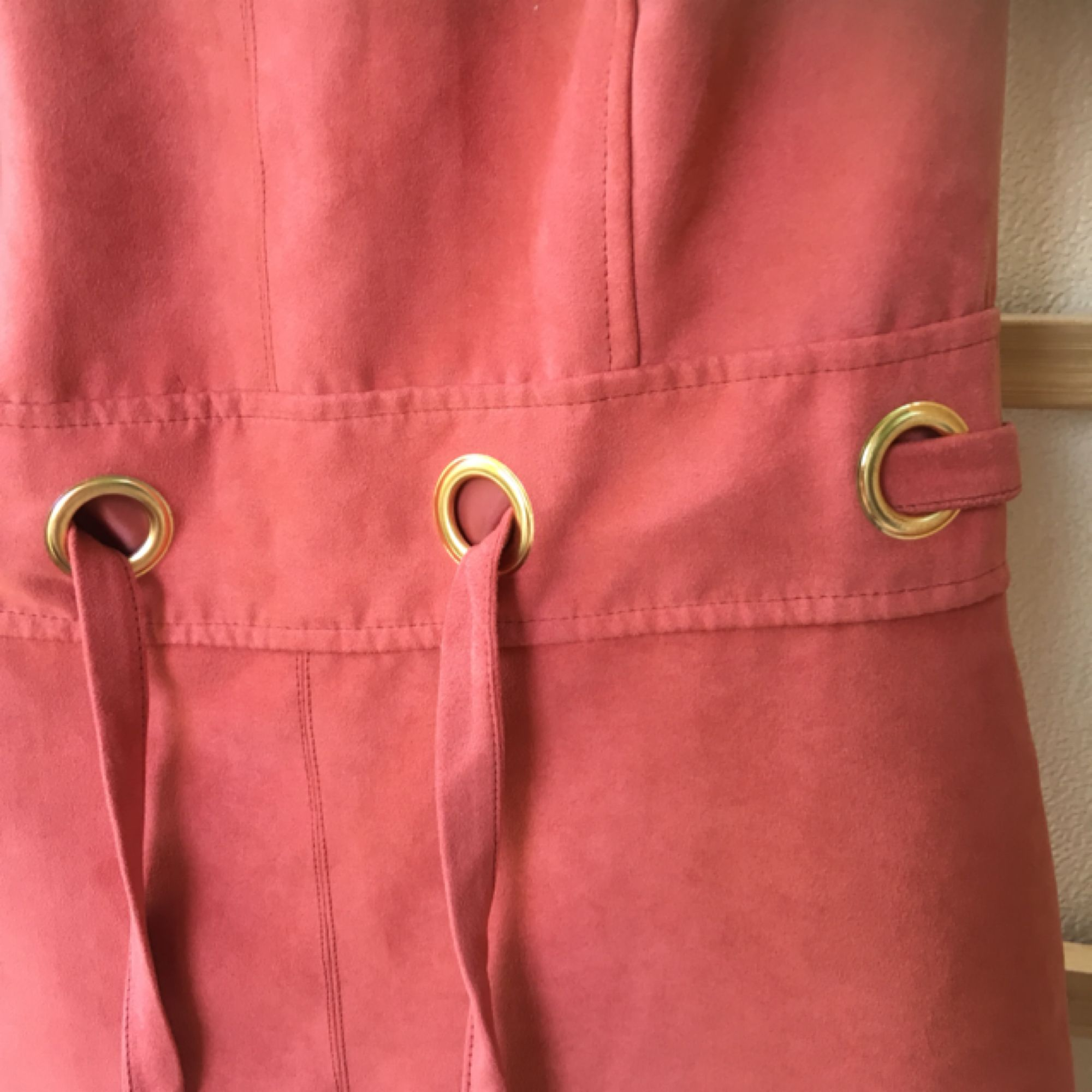 Klänning i rostfärg. Fina detaljer och snygg modell. Dragkedja bak. . Klänningar.