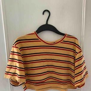 Jättecroppad t-shirt från Motel! Aldrig använd. Frakt 30kr.