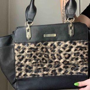 Väska från Kardashian Kollektion. Använd fåtal ggr. Köpt för 800kr. Skicka meddelande för fler bilder!! ❤️ Frakt 90kr. Ej äkta läder.