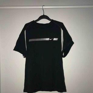Säljer denna super snygga t-shirt från Nike. Den är aldrig använd, utan har endast provats och är i storlek L så den sitter lite oversized på mig som vanligtvis har XS. Köparen står för frakten men kan eventuellt mötas upp i centrala Stockholm :)