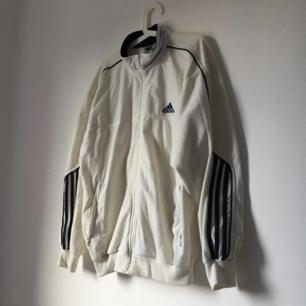 Vintage adidas tracksuit jacket!  Står L men sitter så fint oversized <3