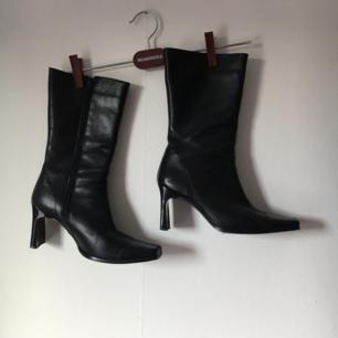 över snygga svarta y2k / 90s läder boots :*  Kan passa en liten 39a också!