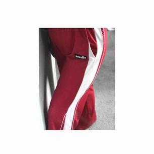 Skitsnygga lite vida byxor från ellesse! Dem är lite röd/rosa, lappen sitter kvar, knappt använda. Köparen står för frakten! Frakt: 72kr
