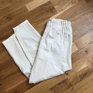 Vita chinos liknande byxor från bershka i väldigt mjukt material. Fickor baktill och resår i midjan! Lite uppvikta nedtill. I priset ingår frakt
