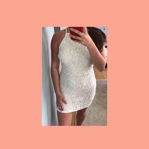 Vit klänning med mönster i blommor från Missguided! Storlek UK 14, motsvarar väl M/L i storlek. Använd som studentklänning, fortfarande i bra skick! Köparen står för frakten. Frakt: 54kr