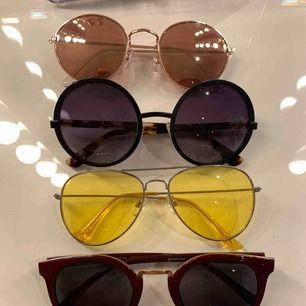4 solglasögon. Alla för 150. Säljer INTE styck