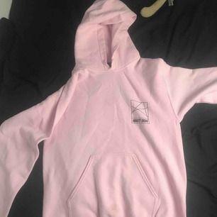 det är en rosa hoddie i storleken s, den är använd få gånger och kommer självklart tvöttas innan jag skickar iväg den. köparen står för frakten! :) (swish används vid köp)